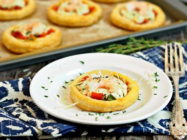 Tartlets with shrimps and cream cheese